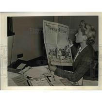 1942 Press Photo Maybis Chaney with books formulated for kids activities