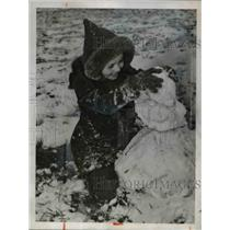 1941 Press Photo Miss Sally Cunningham plays with snowman in Kansas City, Mo.