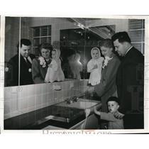 1953 Press Photo Mr. and Mrs. Venedict Scyz and Mary Ann - nee01705