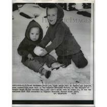 1959 Press Photo Mt Waterman Calif Ron & Roy Hagge play in new fallen snow