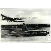 1971 Press Photo Canadian mercy plane is refueled at Don Muang Airport , Bangkok