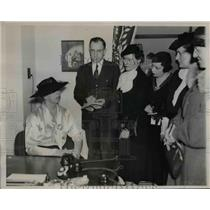 1937 Press Photo First Lady Eleanor Roosevelt Interviews w Reporters - nee03005