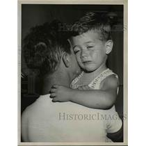 1955 Press Photo of Gerald Kenner with his son Jerry after he was found.