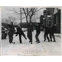 1956 Press Photo Chicago Ill children have snowball fight, Seals, Pasters,