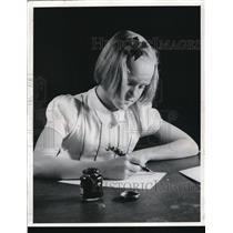 1941 Press Photo Marjorie Markell writes letter to Gov. Joan Bricker  Ohio