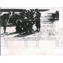 1956 Press Photo Tel Avivt Israeli Soldiers - nee05369
