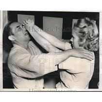 1938 Press Photo Woman Displays Finishing Move in Self Defense