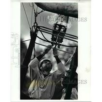 1989 Press Photo Rob Mihaly Balloon pilot fire up the burner for launch