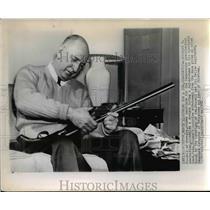 1952 Press Photo Sen Richard B Russell of Ga & his shotgun at home - nee07999