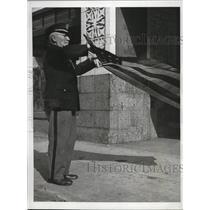 1945 Press Photo AH Simon Veteran of Spanish American War Folding Flag
