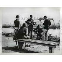 Press Photo Germany citizens listen to music along the Rhine river - nee07955