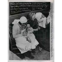 1953 Press Photo British red Cross Nurses Tend Flood Victims - nee16160