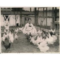 1923 Press Photo Mrs. Antonia Johnson Fedderwitz w/ her chickens