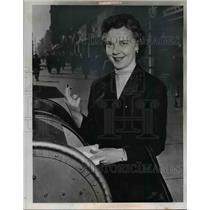 1955 Press Photo Miss Helen Struntz mails her order for box seats - nee23866