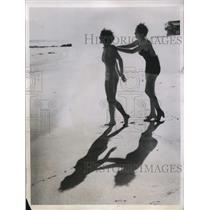 1935 Press Photo Dorothy West Madlyn Talcutt At Malibu Beach - nee21564