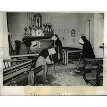 1940 Press Photo Nuns AT Convent In London Cleaning Debris After German Bomb