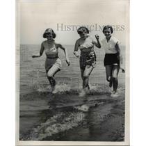 1954 Press Photo Laurel & Linda Schuping, & Ruth Hanson at Lake - nee16581