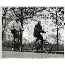 1966 Press Photo Elderly Married Couple Riding Through New York City Central Par
