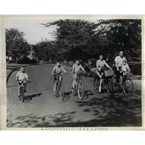 1944 Press Photo Mr & Mrs Clyde D Kline & Their 5 Children Riding Bikes