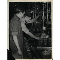 1940 Press Photo Warner & Swasey Co Wes Field & Robert Neil at a press