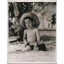1938 Press Photo Little Ramoncita Agudo Baker prepares a Coco-frio