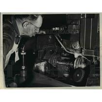 1938 Press Photo William Scholtz at grinding mill gear at Warner & Swayse