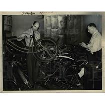 1940 Press Photo Pvt William McCathy & Pvt James Krumhanse Working on Bikes