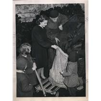 1948 Press Photo Extra Ration of Coal Given Out to Family in Berlin - nee28789