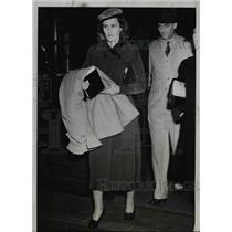 1938 Press Photo Mrs. James Roosevelt on way to Rochester Minnesota, Chicago Il.