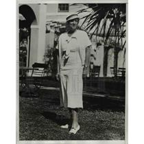 1933 Press Photo Mildred Whitfield of RI,on her stroll at Hotel Bermudiana