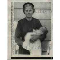 1956 Press Photo Rose Lantine holds believed to be kidnapped, Cynthia Ruotalo,