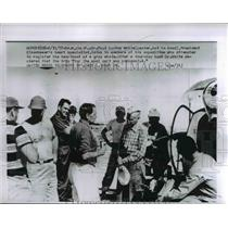 1957 Press Photo Dr. Paul Dudley White talks to members of his expedition
