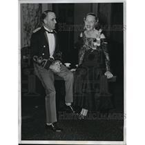 1933 Press Photo Miss Wilhelmina Kirby chatting with Major John Tupper Cole