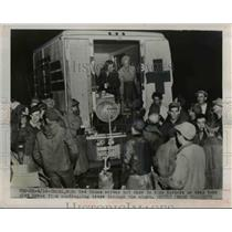 1952 Press Photo Red Cross serves hot chow to dike workers during break