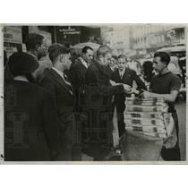 1938 Press Photo Newspaper Vendor in Paris, France - nee36829