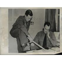 1942 Press Photo Bob Moora and Bud Hutton, in the newsroom of the Daily Paper