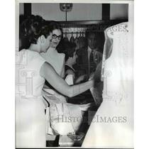 1968 Press Photo Lynda Bird Ross Wife of Major Ross Shopping in Hong Kong