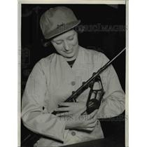 1940 Press Photo Emily Walker displays device at Huntes and Winter Sport Show
