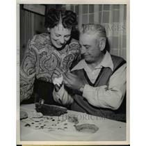 Press Photo Anatour Minerologist George Weise and wife Gladys examine jade