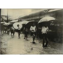 1935 Press Photo Japanese girl students plowing way through flooded streets.
