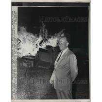1957 Press Photo Texas Atty Gen. Will Wilson buy a burning pile of slot machines