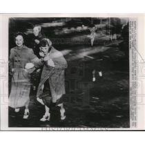 1953 Press Photo of girls running to school through high winds that hit the Texa