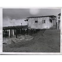 1944 Press Photo House Collapsed From Waves in Redondo Beach CA - nee47939