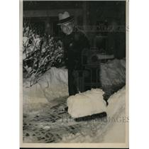 1934 Press Photo C.A. Donnel, Meteorologist At Chicago Shoveling Snow In Storm.