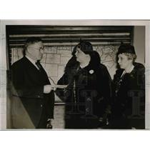 1937 Press Photo Gladys Mooney and Grace Davis Give Money to James Fieser