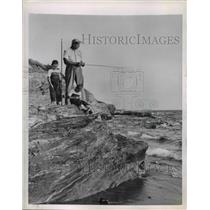 1950 Press Photo Ellis & His Sons Fish From Newport's Shores - nee51503