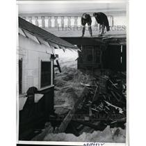 1940 Press Photo Inspecting a home destroyed by high waves at Redondo Beach.