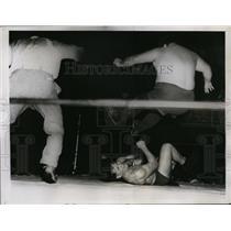 1935 Press Photo Man Mountain Dean poised to crush fallen Ernie Dusek in bout