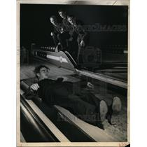 1943 Press Photo Australian Man Slips, Falls in Chicago Bowling Alley