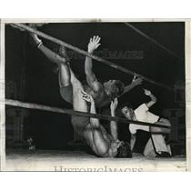 1936 Press Photo Vincent Lopez vs Dave Levin wrestle in LA Calif - nes30215
